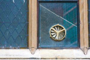 Фото: Установка вентилятора в окне значительная экономит пространство