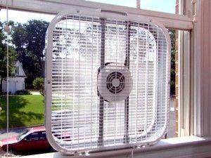 Фото: При необходимости вентилятор легко может выниматься из окна