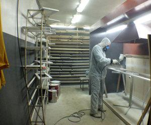 Вытяжка над окрашиваемым изделием препятствуют скоплению вредных веществ в воздухе