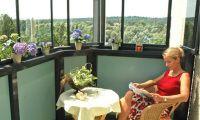 Фото: При грамотной вентиляции балкон можно использовать как место для отдыха