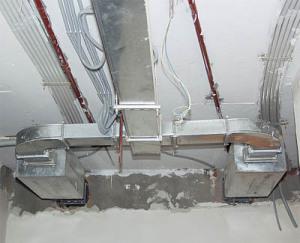 Система приточных воздуховодов под потолком