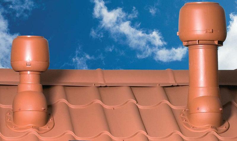 Устройство вентиляции на крыше частного дома: аэраторный или карнизный способ ventilyacia_kryshi Система вентиляции очень важна для создания здорового микроклимата в помещении – это знают все, или практически все. Но проветривание очень важно и для кровли, а об этом знают далеко не все строители, тем более частные застройщики. Если не оборудовать правильную вентиляцию крыши, то в скором времени нас ждут серьезные неприятности, и первыми пострадают деревянные конструкции – обрешетка и стропила. На них конденсируется влага и они первые подвержены гниению. Следующим, что коснется повреждений, будет кровля и утеплитель. Роса будет появляться на термоизоляционном слое, а это очень плохо сказывается на качестве материала. После чего влага начнет появляться на внутренней стороне гидроизоляции, а в таком случае уже страдает потолок, на нем появляются потеки, что влечет за собой повышение влаги в помещениях дома, появление плесени, неприятного запаха и т.д. Этот процесс будет необратим, если не сделать крышную вентиляцию. Почему многие не делают проветривание крыши Дело в том, что большинство застройщиков, приложив максимум усилий для герметизации кровли и в самого дома, даже не задумываются о том, откуда берется влага в герметичном помещении, тем более в холодном и нежилом чердаке под крышей. А все дело в том, что теплый воздух всегда поднимается – это физика младших классов. В воздушной смеси всегда есть влага – это тоже понятно. Но многие забывают, что следующим барьером на пути влаги является паробарьер, через который она «с удовольствием» проходит под кровлю. Влажный теплый воздух проходит через такие строительные материалы как кирпич и пенобетон. Накапливаясь в подкрышном пространстве, при первых похолоданиях влага конденсируется на материалах, что и приводит к потере их эффективности. В летний период непроветриваемая крыша сильно раскаляется, что доставляет серьезный дискомфорт. В особенности это касается отсутствия вентиляции крыши из металлочерепицы. Важно! Если вла