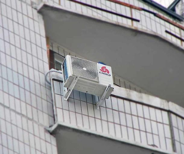 Испарительный блок на фасаде балкона