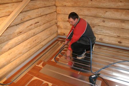 укладка водяного теплого пола в деревянном доме