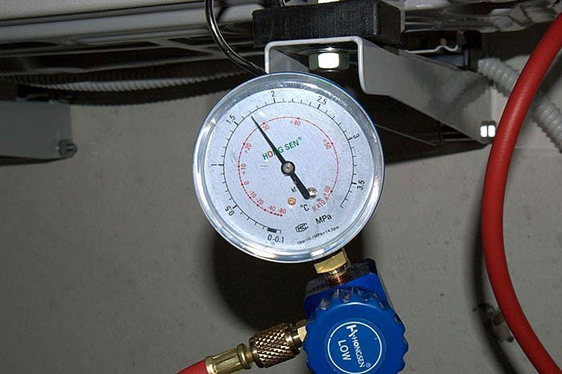 Вакуумный насос и откачивает влагу и воздух